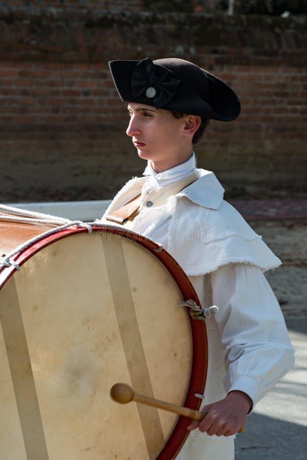 Williamsburg, Virgina - Maart 26, 2018: Het weer invoeren het marcheren band Fife en trommel in Koloniale WIlliamsburg stock fotografie