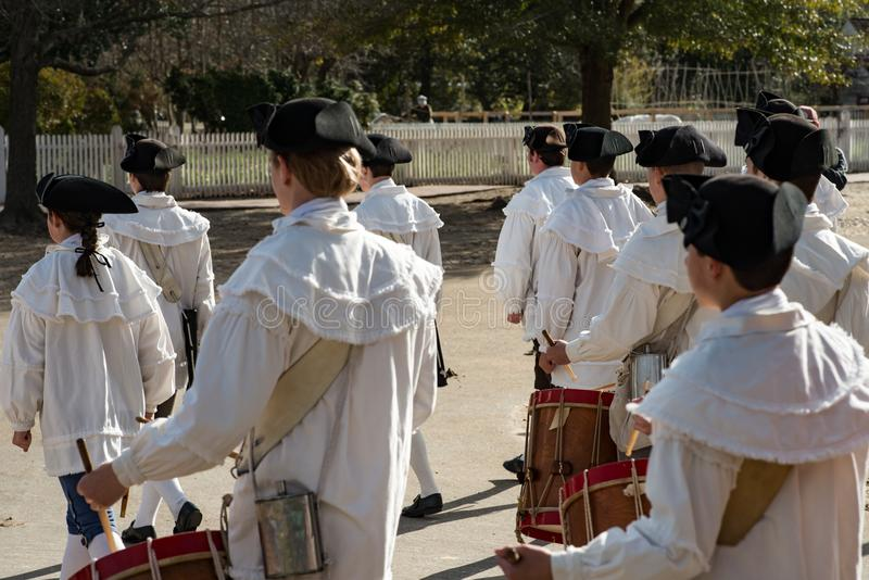 Williamsburg, Virgina - Maart 26, 2018: Het weer invoeren het marcheren band Fife en trommel in Koloniale WIlliamsburg stock foto's