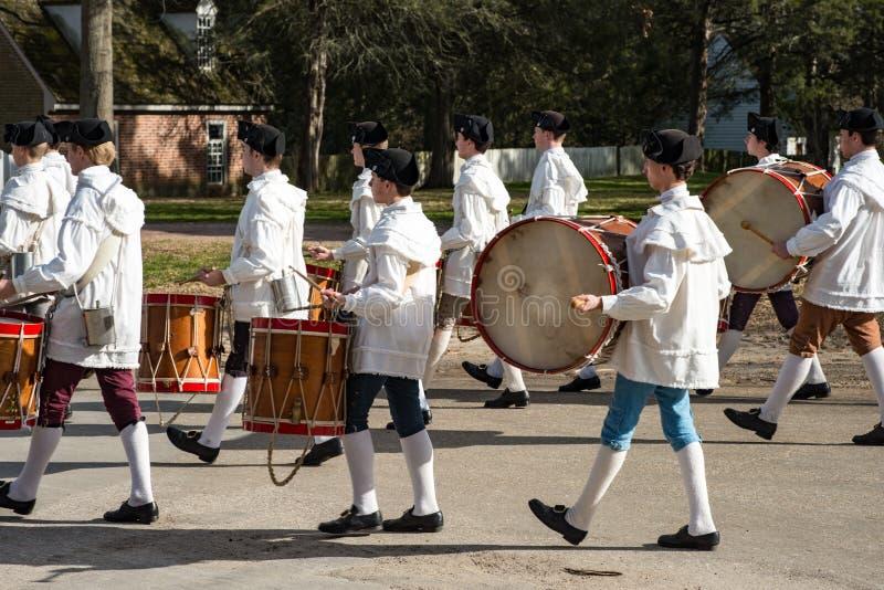Williamsburg, Virgina - Maart 26, 2018: Het weer invoeren het marcheren band Fife en trommel in Koloniale WIlliamsburg royalty-vrije stock afbeelding