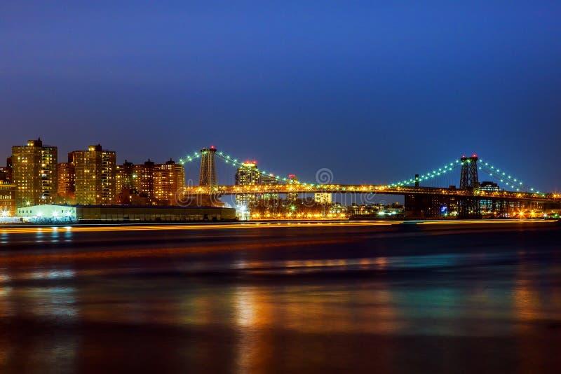 Williamsburgbrug bij schemer die de Rivier van het Oosten overspannen stock foto's