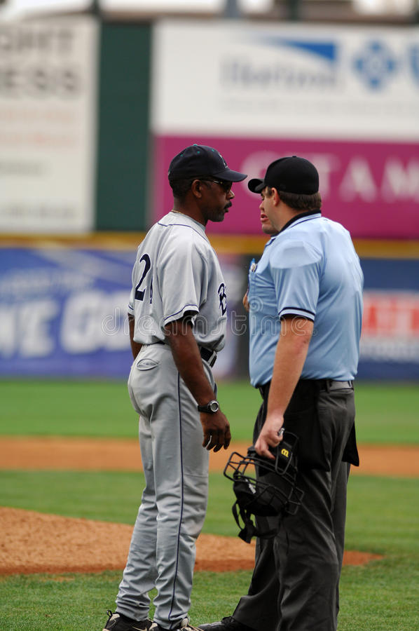Willie Upshaw argumentiert einen Aufruf in einem Baseballspiel stockfoto