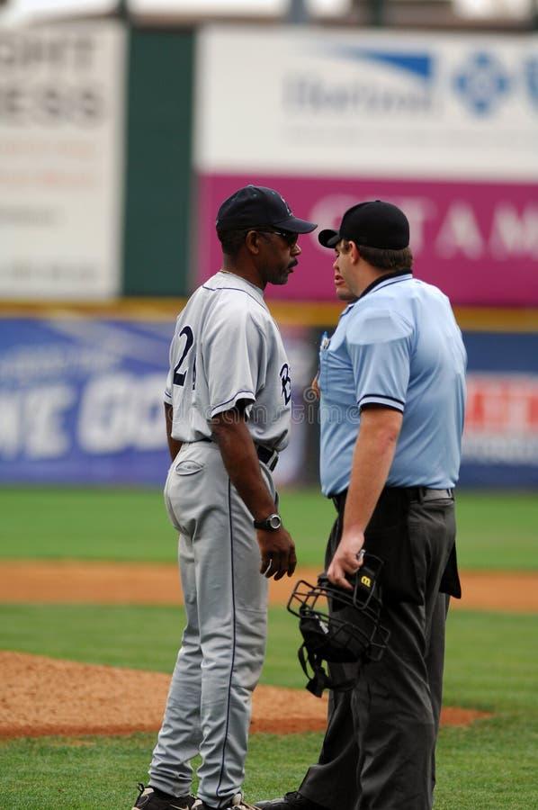 Willie Upshaw discute un appel dans un jeu de base-ball photo stock