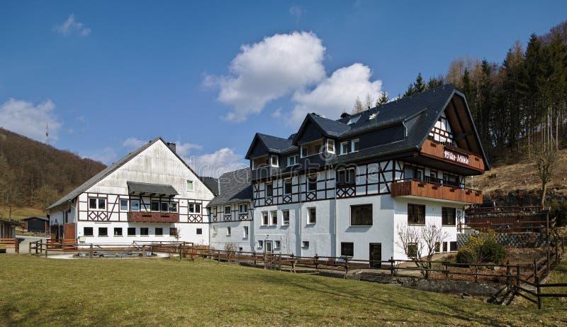 Willingen、德国- 2018年3月27日, -传统木构架和被粉刷的农舍 库存照片