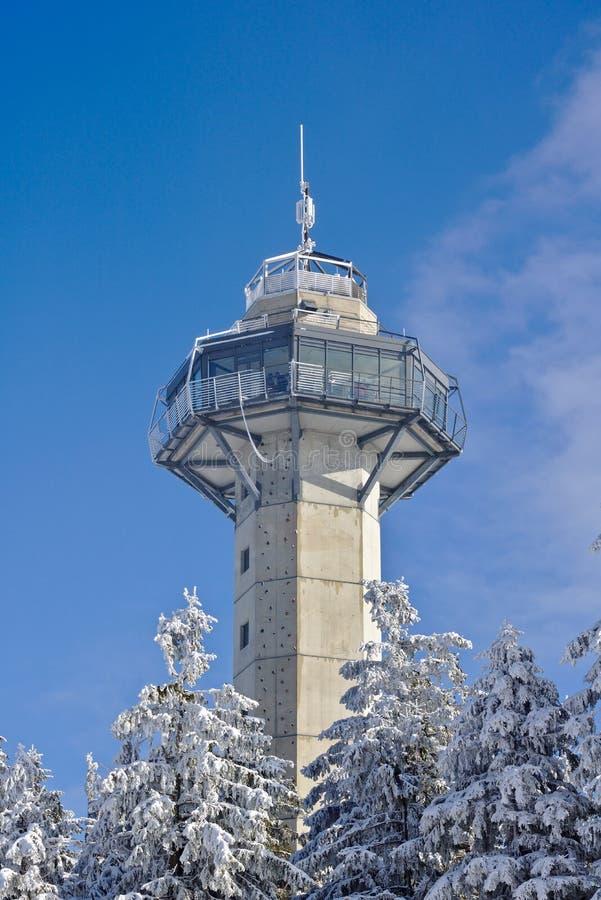Willingen, Alemanha - 7 de fevereiro de 2018 - torre de Hochheide na cimeira do Ettelsberg na frente de um céu azul com coberto d foto de stock