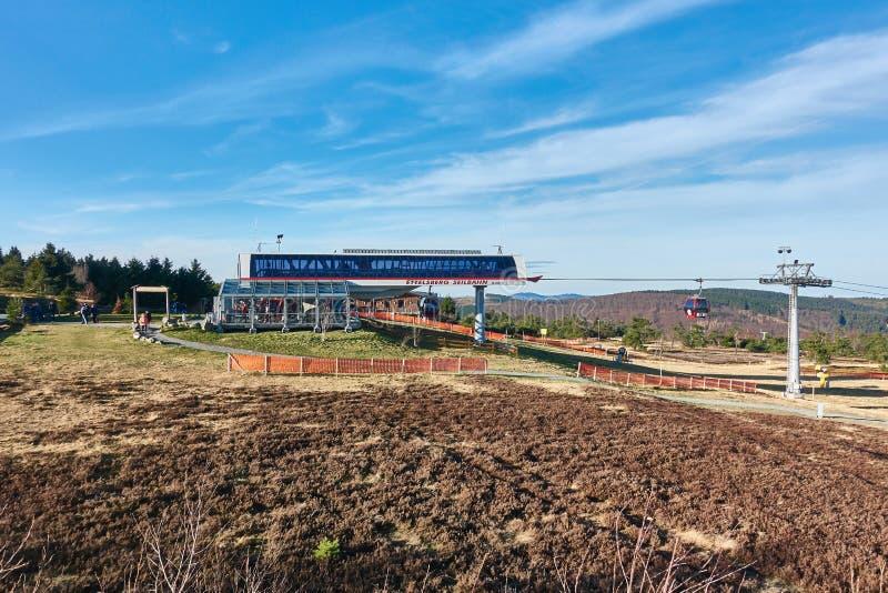 WILLINGEN NIEMCY, GRUDZIEŃ, - 26, 2015: Widok przy wzgórze stacją Willingen wagon kolei linowej - goście cieszą się ciepłego obraz stock