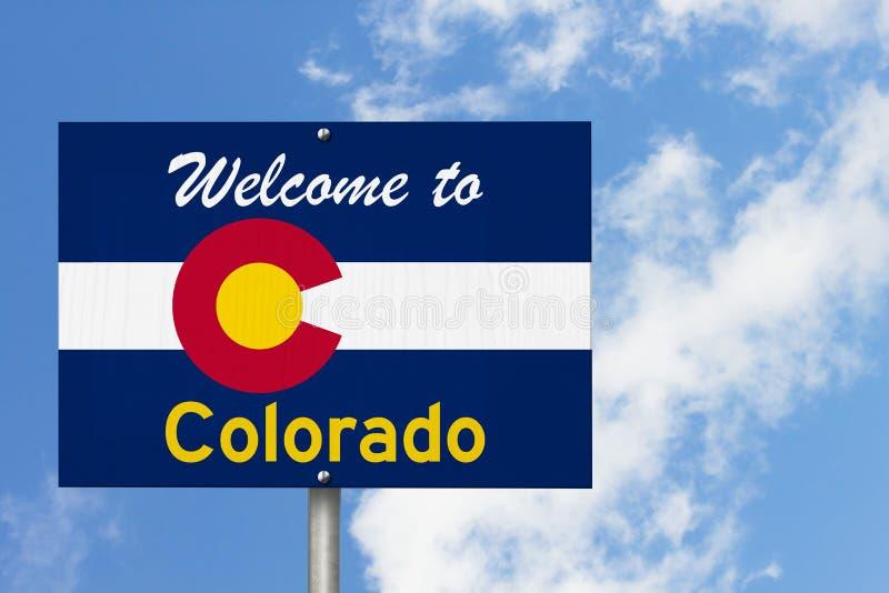 Willkommen auf dem Straßenschild des Bundesstaates Colorado in Form der Staatskarte mit der Flagge stockfotografie