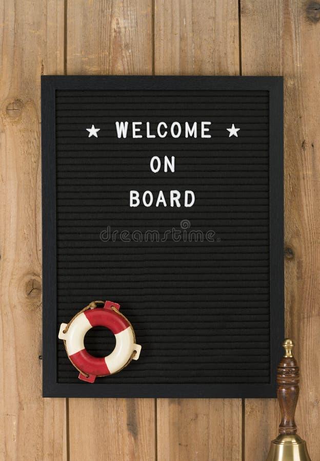 Willkommen an Bord geschrieben auf Filz messageboard mit Seesymbolen stockfotos