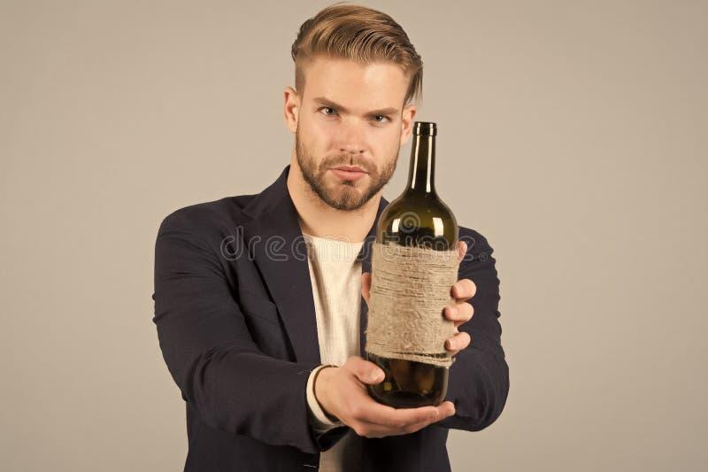Willkommen des Geschäftsmanngesellschaftsanzugs sicher, grauer Hintergrund Mann mit Borste schaut und gastfreundlich während über stockfoto