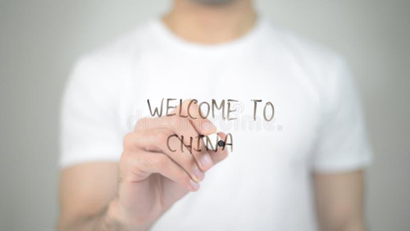 Willkommen nach China, Mannschreiben auf transparentem Schirm stockbild