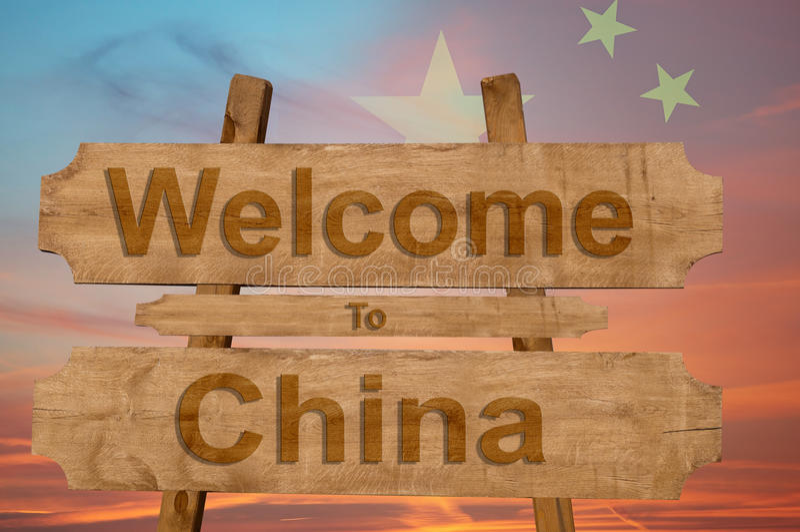 Willkommen nach China singen auf hölzernem Hintergrund mit Mischungsstaatsflagge lizenzfreie stockbilder