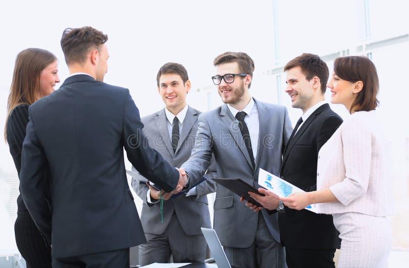 Willkommen und Händedruck von Teilhabern auf der Anweisung stockfoto