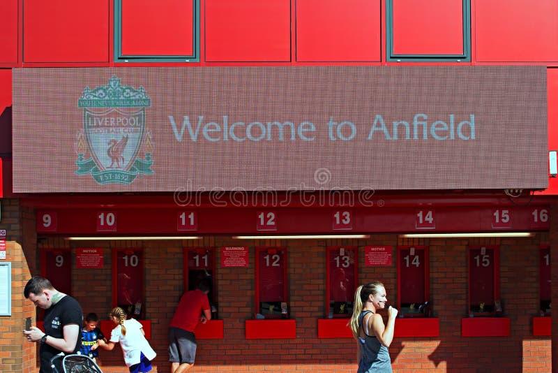 Willkommen zu Anfield-Zeichen und zu kaufenden Karten der Leute am Liverpool-Fußball-Verein-Stadion liverpool stockbilder