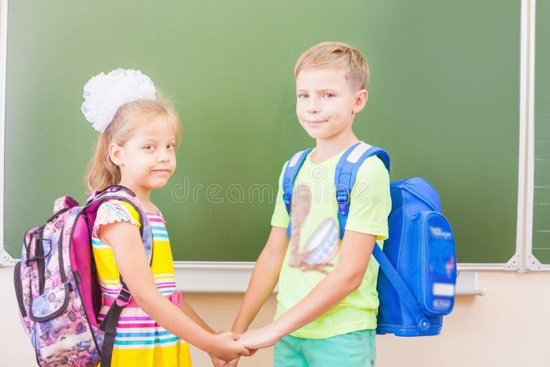 Willkommen zurück zu Schule mit Liebe von den Kleinkindern stockfotos