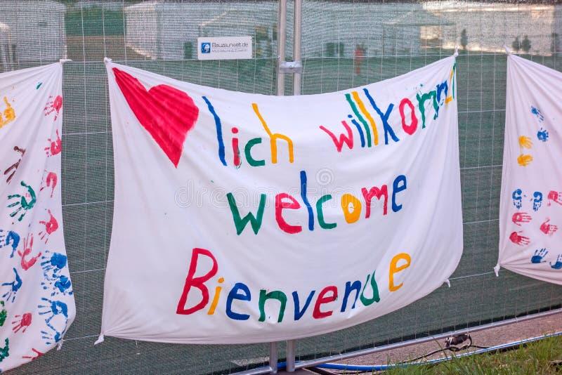 Willkommene Fahne für Flüchtlinge stockbilder