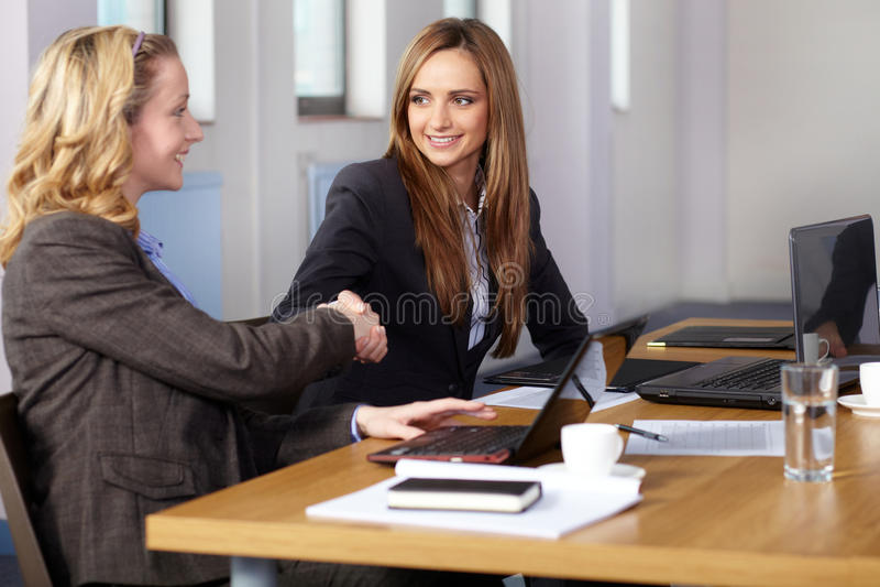 Willkommener Händedruck vor Geschäftstreffen lizenzfreie stockbilder