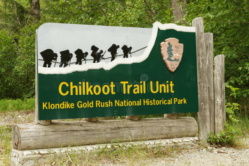 Willkommensschild am Eingang zu Chilkoot-Spur in Skagway Alaska stockbild