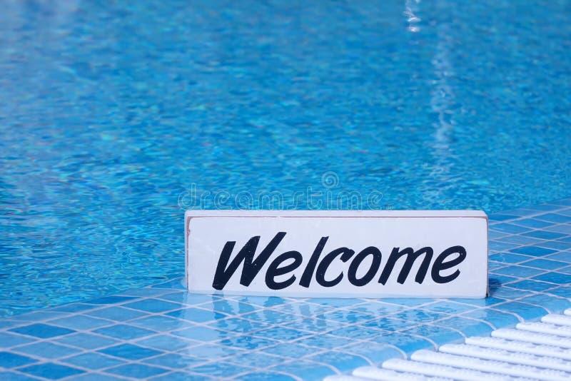 Willkommensschild und leere Swimmingpool-Oberfläche im Hintergrund lizenzfreies stockfoto
