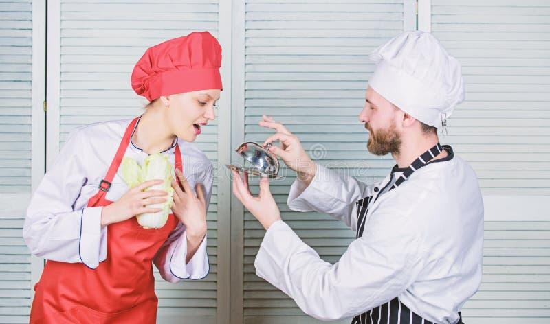 Willst du meine Mahlzeit essen? Kulinarische Familie Frauen und Bärenarbeiter Kochen Kochen exklusiv Join Gourmet stockfoto