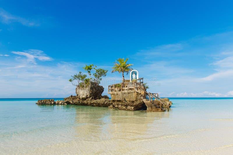 Willy ` s rots met het standbeeld van maagdelijke Mary, Boracay-eiland, royalty-vrije stock foto's