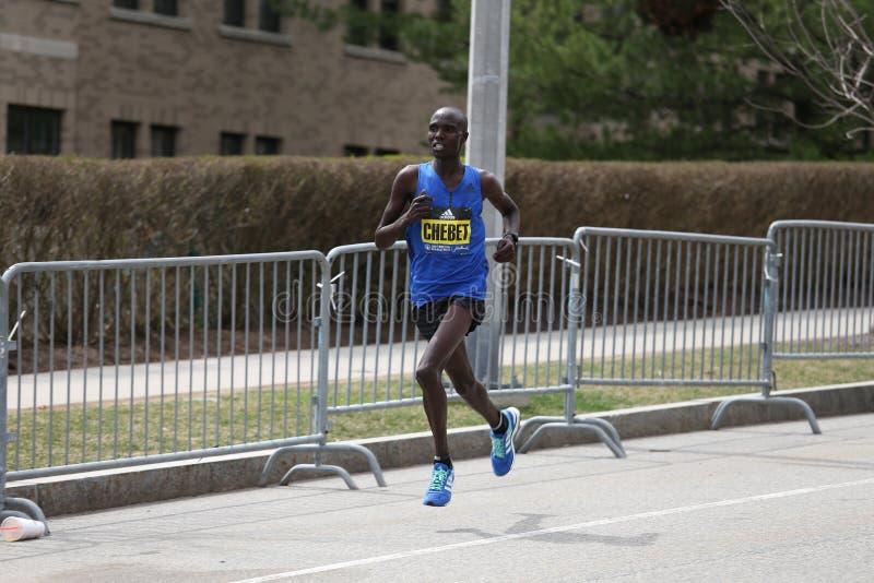 Wilson Chebet Kenya emballe dans le marathon de Boston venant dans le 5ème avec du moment du 2h12 : 35 le 17 avril 2017 images stock