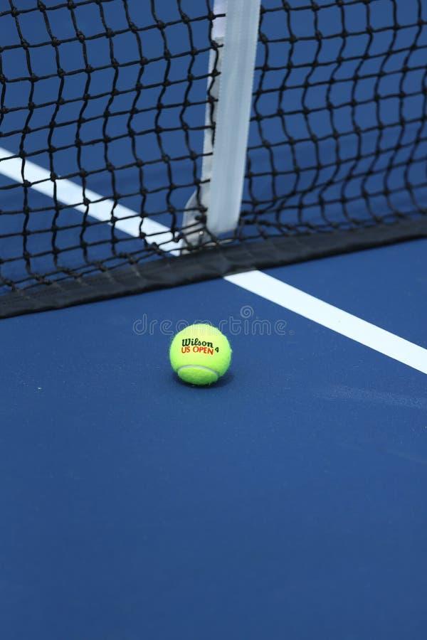 Wilson tenisowa piłka na tenisowym sądzie przy Arthur Ashe stadium zdjęcia stock
