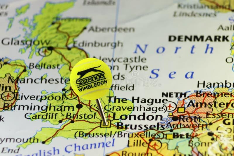2016 Wimbledon oficjalna tenisowa piłka jako szpilka na mapie Zjednoczone Królestwo, przyczepiającej na Londyn fotografia stock