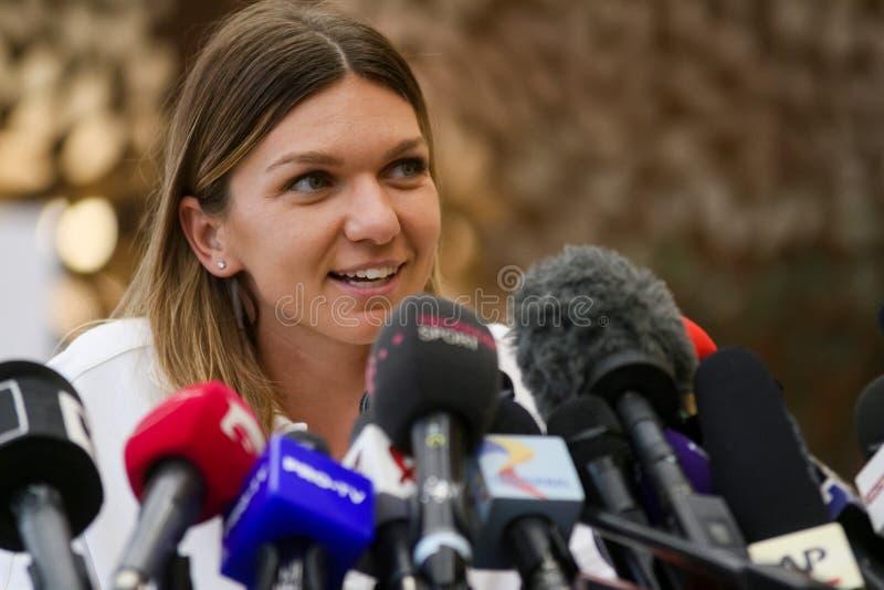 Wimbledonwinnaar Simona Halep - aankomst in Roemenië royalty-vrije stock foto's