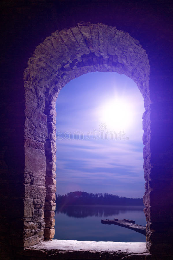Wimdow en pierre antique de paysage de lune de nuit images stock