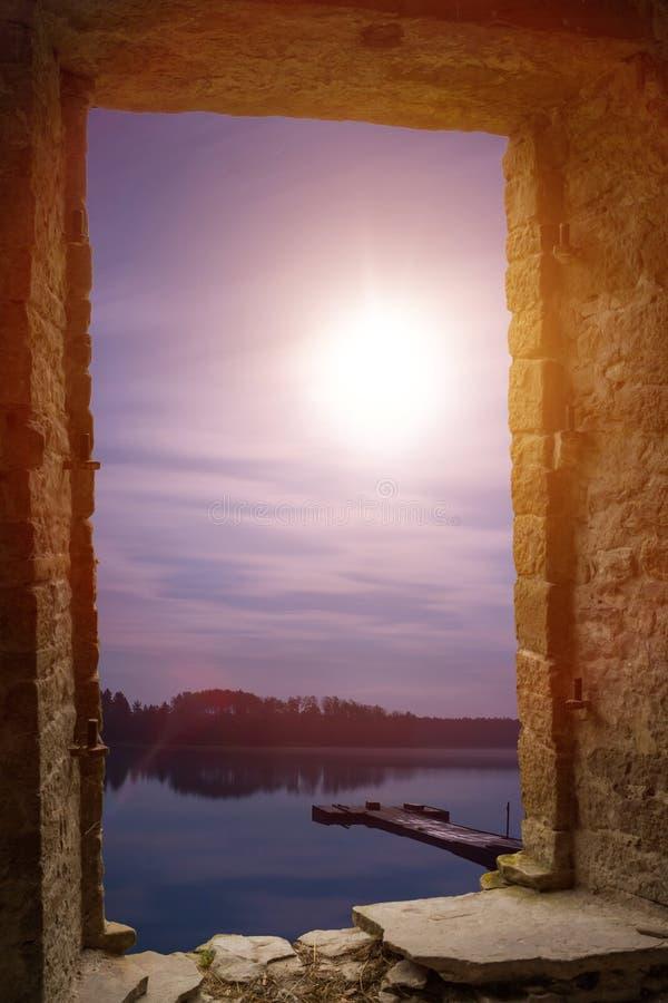 Wimdow en pierre antique de paysage de lune de nuit photo stock
