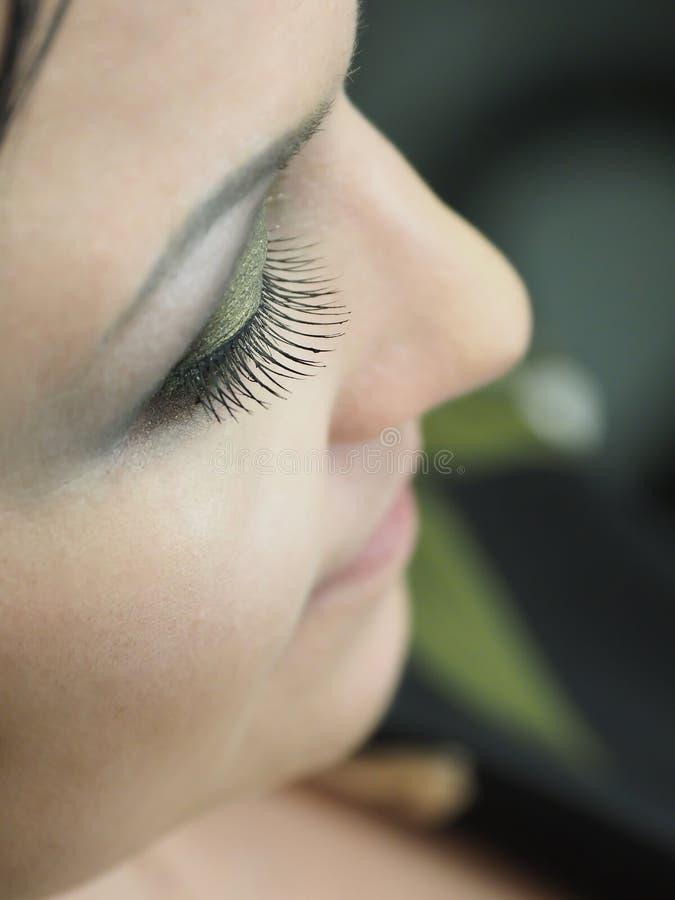 Wimper-Erweiterung Das Auge einer Frau mit Peitschen Orientalisches Make-up lizenzfreies stockfoto
