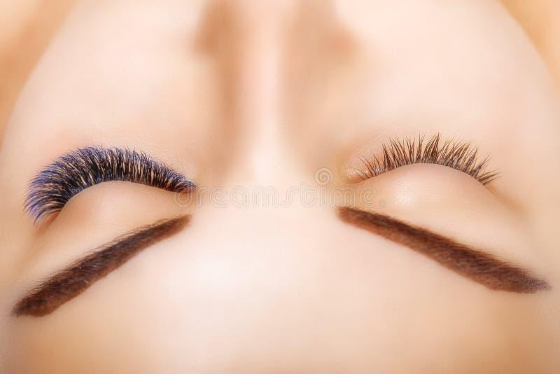 Wimper-Erweiterungs-Verfahren Frauen-Auge mit den langen blauen Wimpern Ombre-Effekt Schließen Sie oben, selektiver Fokus lizenzfreie stockfotos