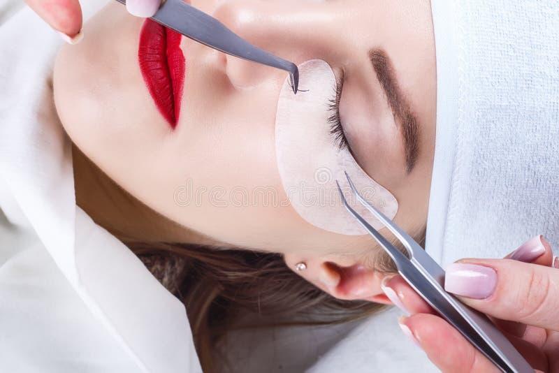 Wimper-Erweiterungs-Verfahren Frauenauge mit den langen Wimpern Peitschen, Abschluss oben, vorgewählter Fokus lizenzfreie stockbilder