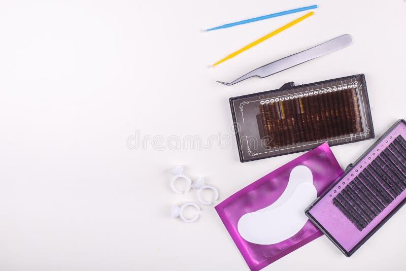 Wimper-Erweiterungswerkzeuge auf weißem Hintergrund Zubehör für Wimpererweiterungen Künstliche Peitschen Beschneidungspfad einges stockbild