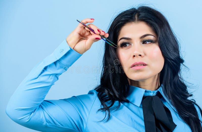 Wimperabbauverfahren beautician Dauerhaftes Make-up Wimper-Erweiterungs-Verfahren Augenbrauenkorrektur H?bsche Frau stockfoto
