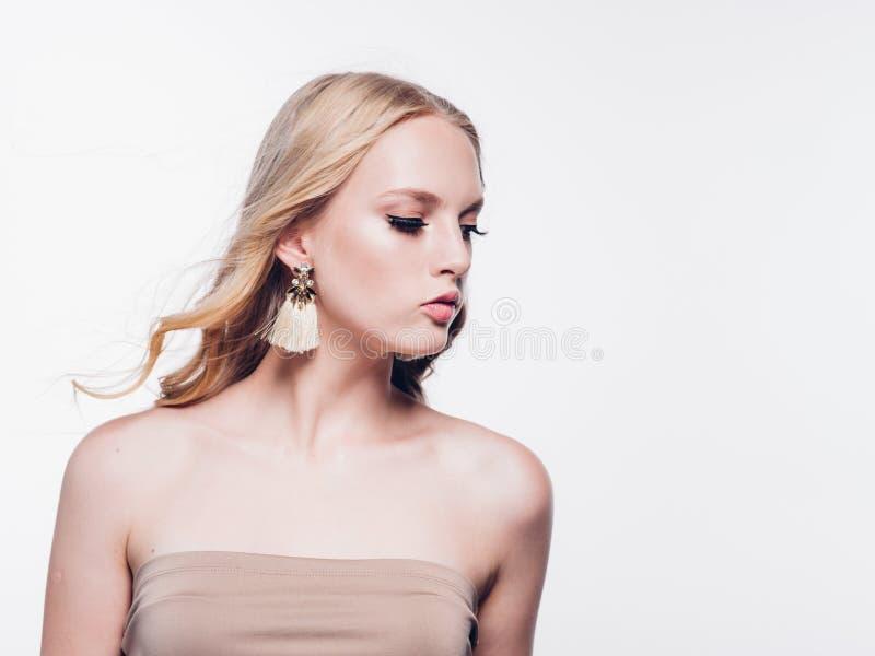 Wimperfrau, die Augen nah oben mit schönen langen Peitschen gegenüberstellen, ist stockfoto