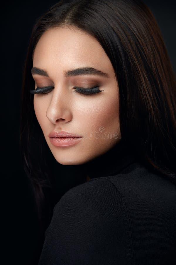 Wimpermake-up Frauen-Schönheits-Gesicht mit schwarzen Peitschen-Erweiterungen lizenzfreie stockfotos