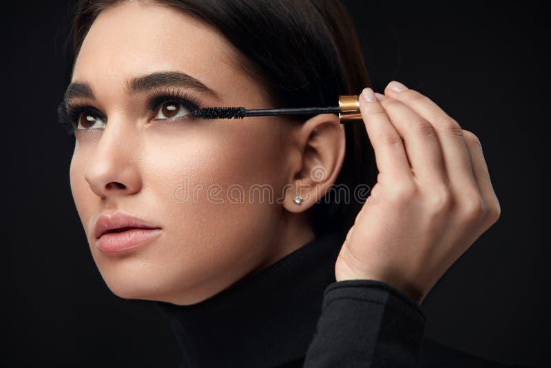 Wimperntuschenmake-up Schönheits-Modell Putting Black Mascara auf Wimpern lizenzfreies stockbild