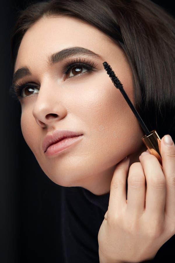 Wimperntuschenmake-up Schönheits-Modell Putting Black Mascara auf Wimpern lizenzfreie stockfotos