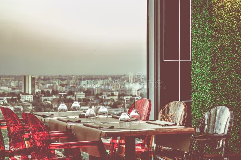Win szkła i stołowy położenie w restauraci, przygotowywającej zapraszać somebody zdjęcia stock