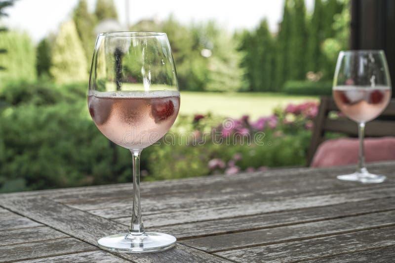 Win szkła na stole przy ogródem fotografia stock