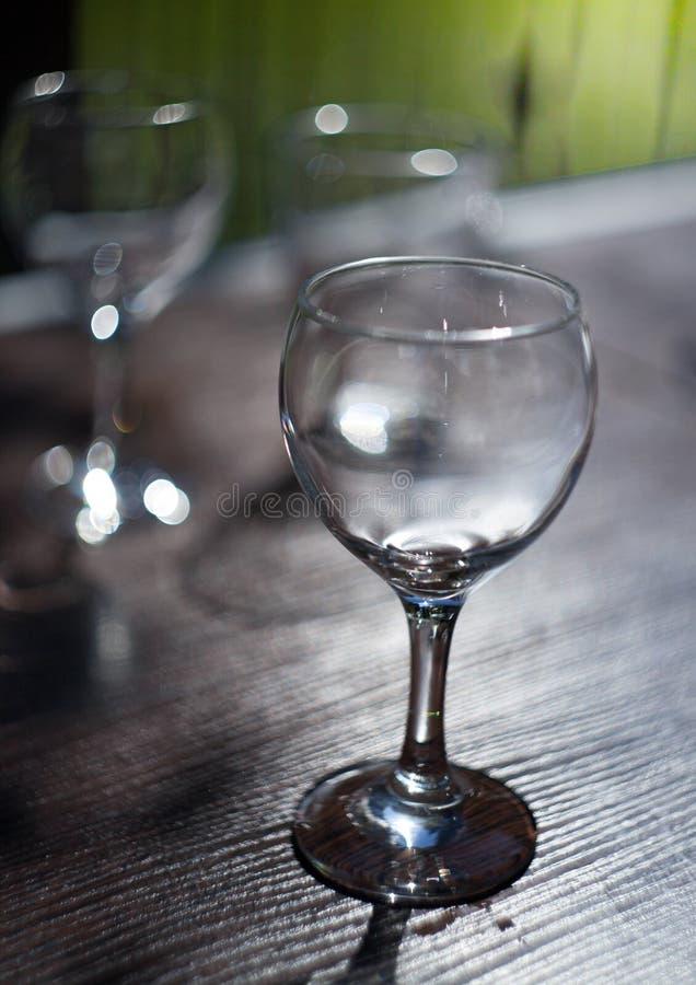 Win szkła z backlight pozycją na drewnianym stole obraz stock