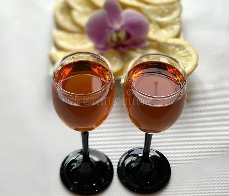 Win szkła z koniakiem i cytryną z cukierem Wakacje, piękni naczynia fotografia royalty free