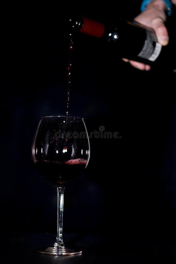 Wina dolewanie w wysokim szkle zdjęcie stock