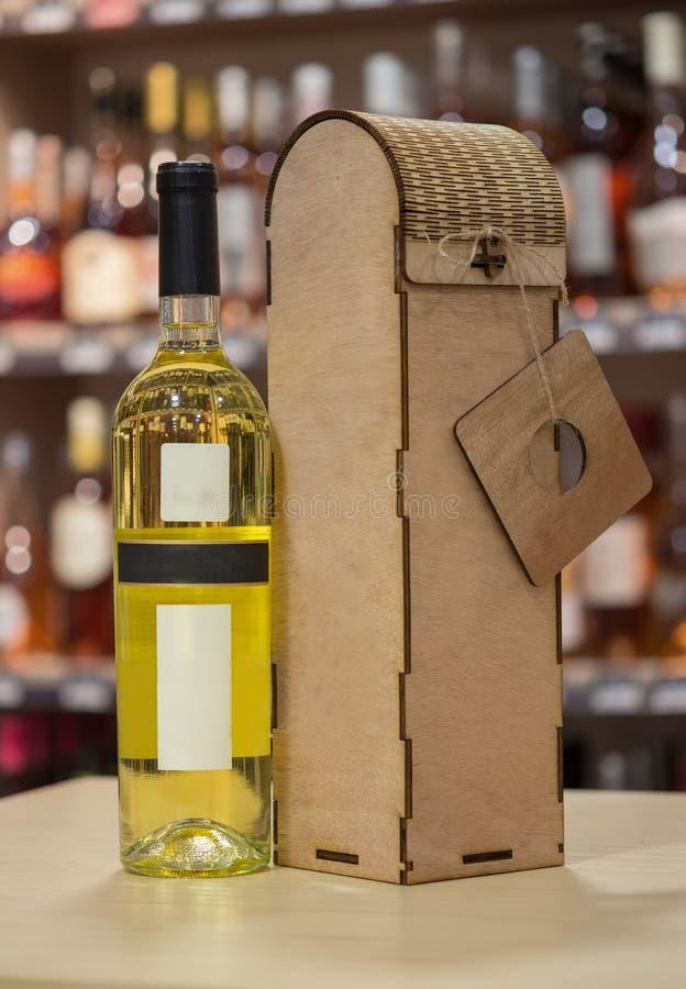 Wina i drewna wina pudełko Oryginalny handmade prezent dla wino butelki obraz royalty free