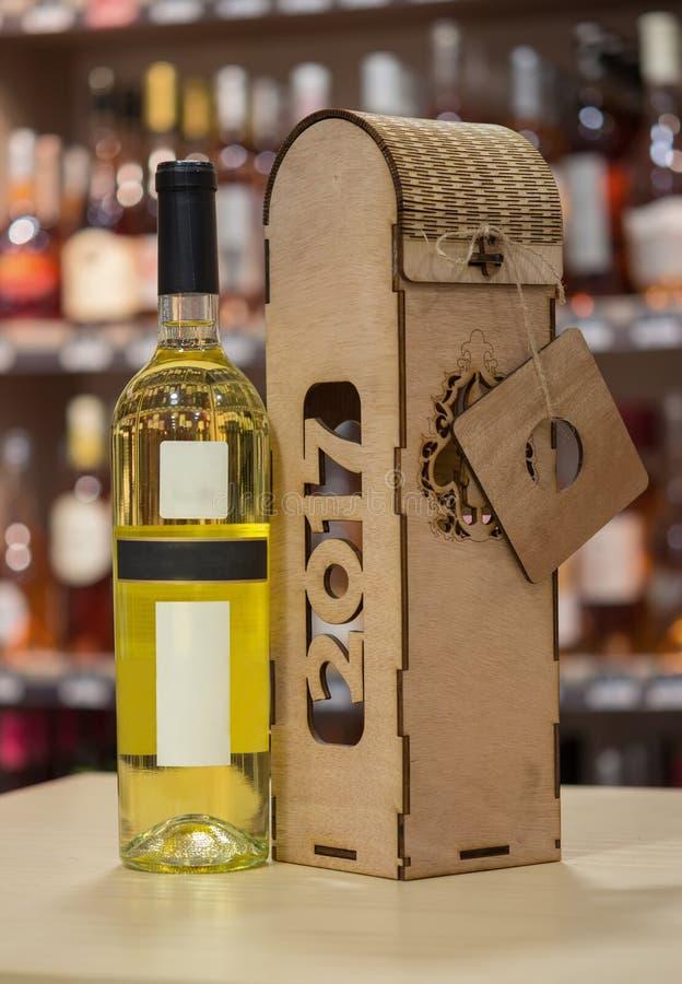 Wina i drewna wina pudełko Oryginalny handmade prezent dla wino butelki obrazy stock