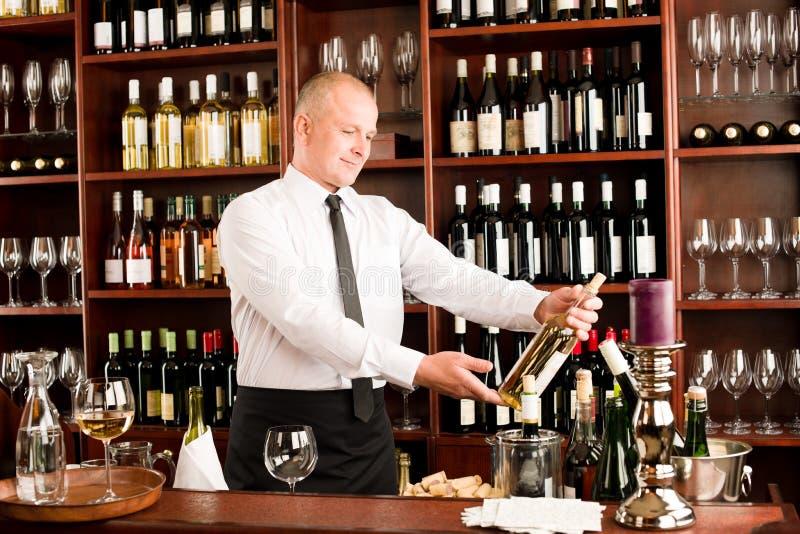 Wina prętowego kelnera szczęśliwa samiec w restauraci fotografia stock