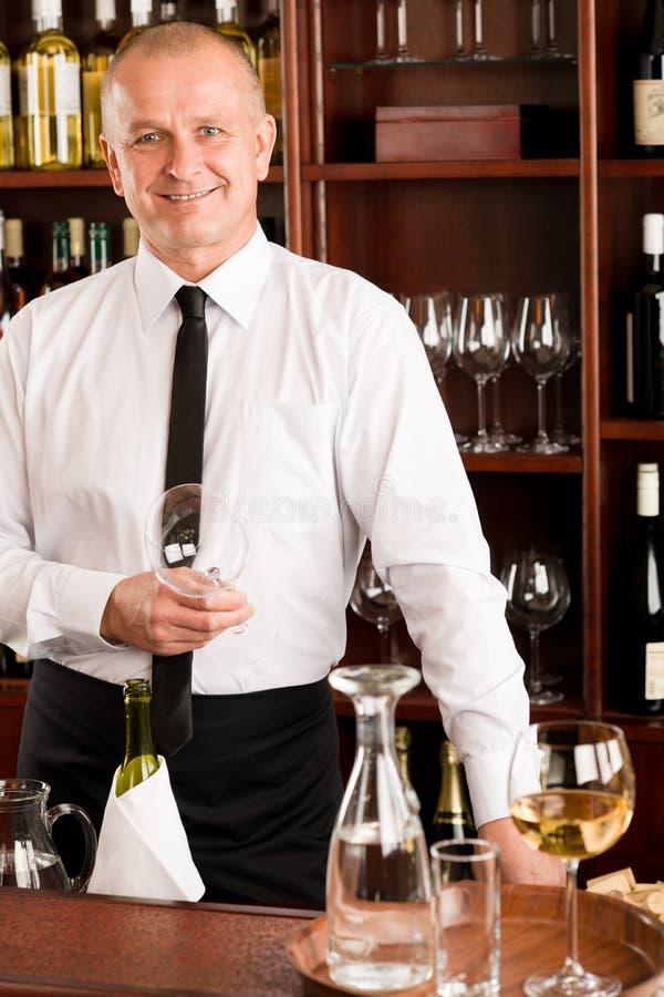 Wina prętowego kelnera szczęśliwa samiec w restauraci zdjęcia royalty free