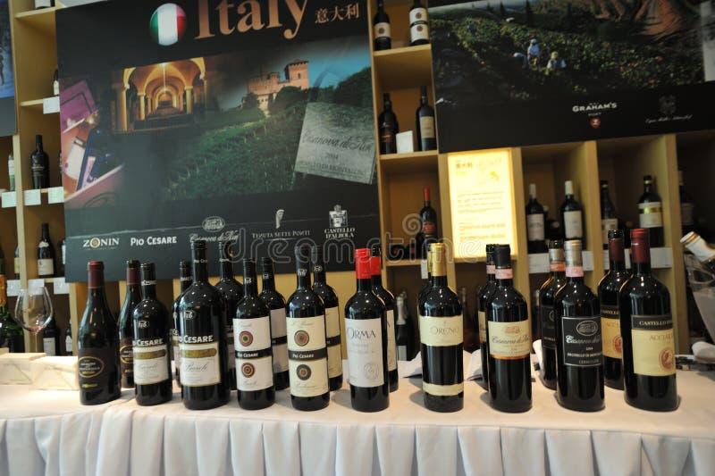 Wina różni gatunki starannie układali w wino jarmarkach obrazy stock
