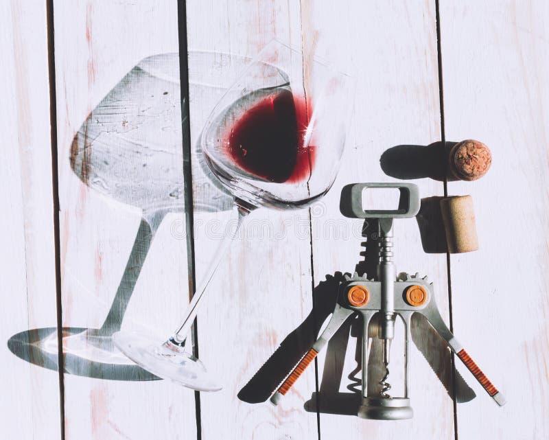 Wina szkło, korek i corkscrew, zdjęcie stock