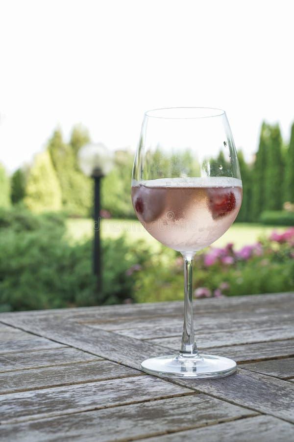 Wina szkło na stole przy ogródem zdjęcia stock